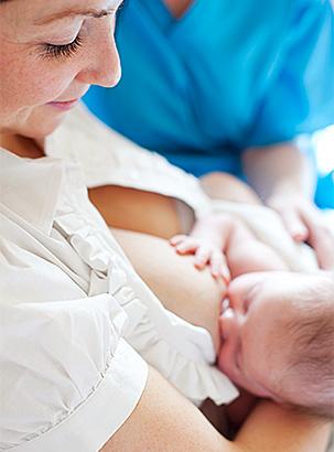 Baby wird gestillt © Corbis Images