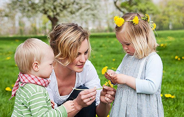 Alleine Spielen Zusammen Spielen Kindergesundheit Info De